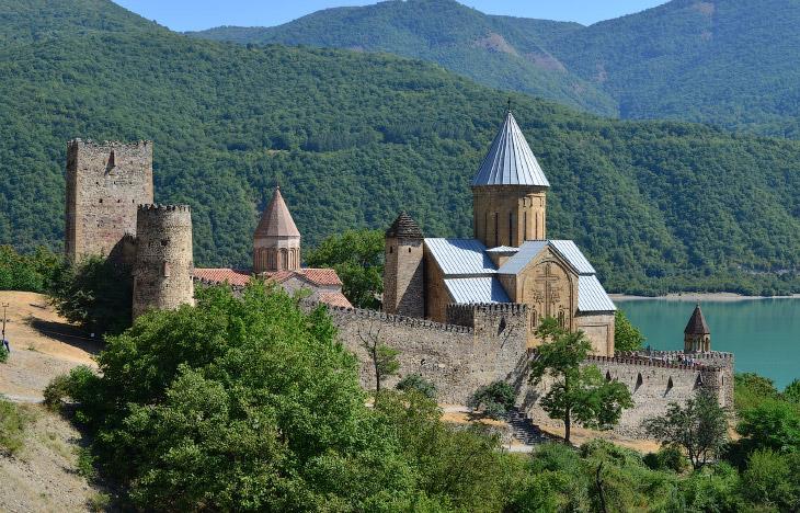 Крепость Ананури в 70 км от Тбилиси