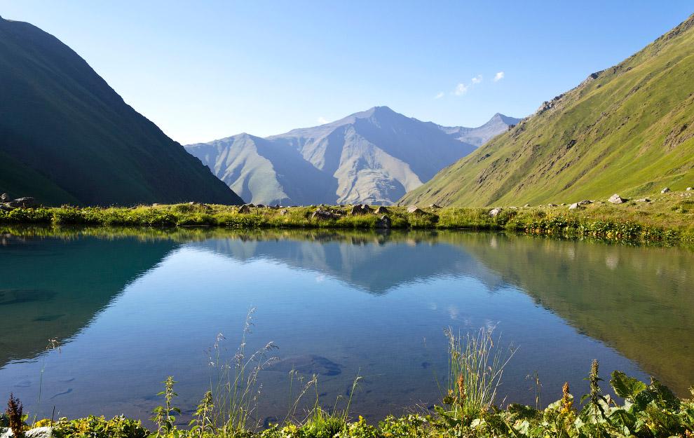 Маленькое горное озеро, образованное родниками