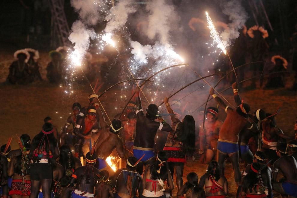 Коренной народ Бразилии с луком, огнем и стрелами на церемонии открытия Игр