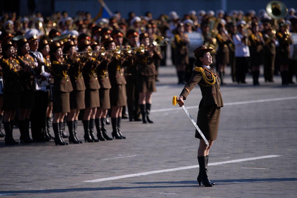 Начался военный парад на площади Ким Ир Сена в Пхеньяне