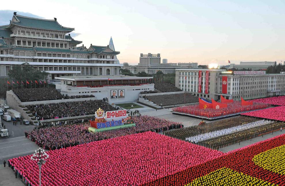 Общий вид парада в Северной Корее на площади в Пхеньяне