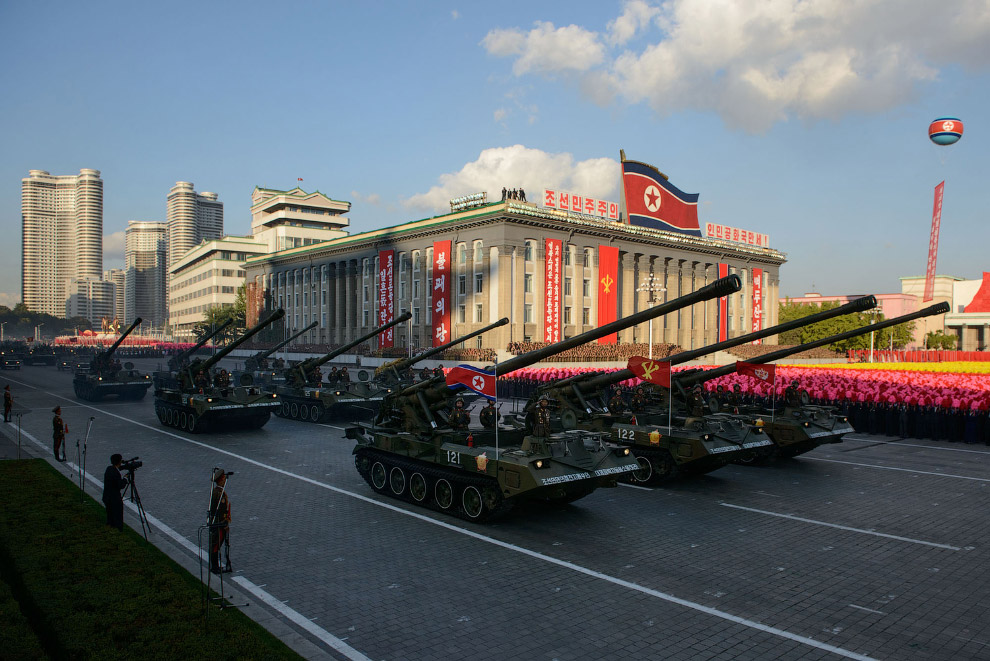 Северокорейские танки проезжают по площади Ким Ир Сена