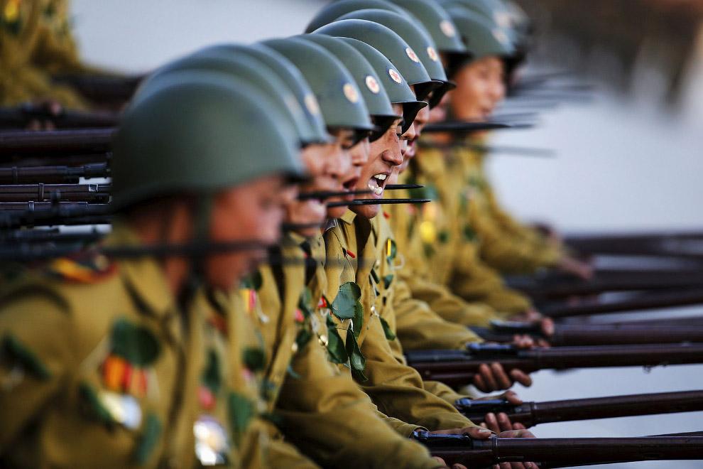 Солдаты на грандиозном параде в Северной Корее, Пхеньян
