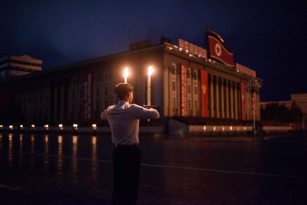 Постановка с факелами на площади Ким Ир Сена смотрелась очень эффектно