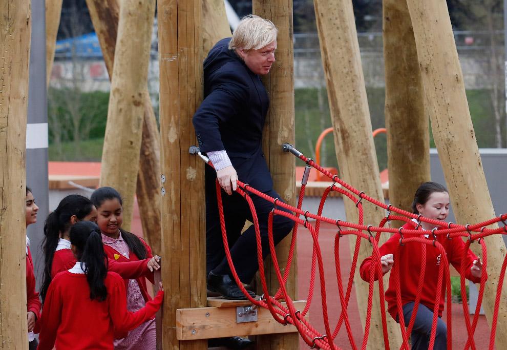 На детской игровой площадке