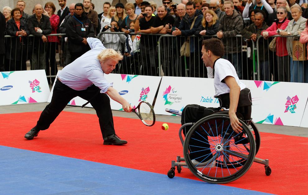 Теннисный матч с противником на инвалидной коляске
