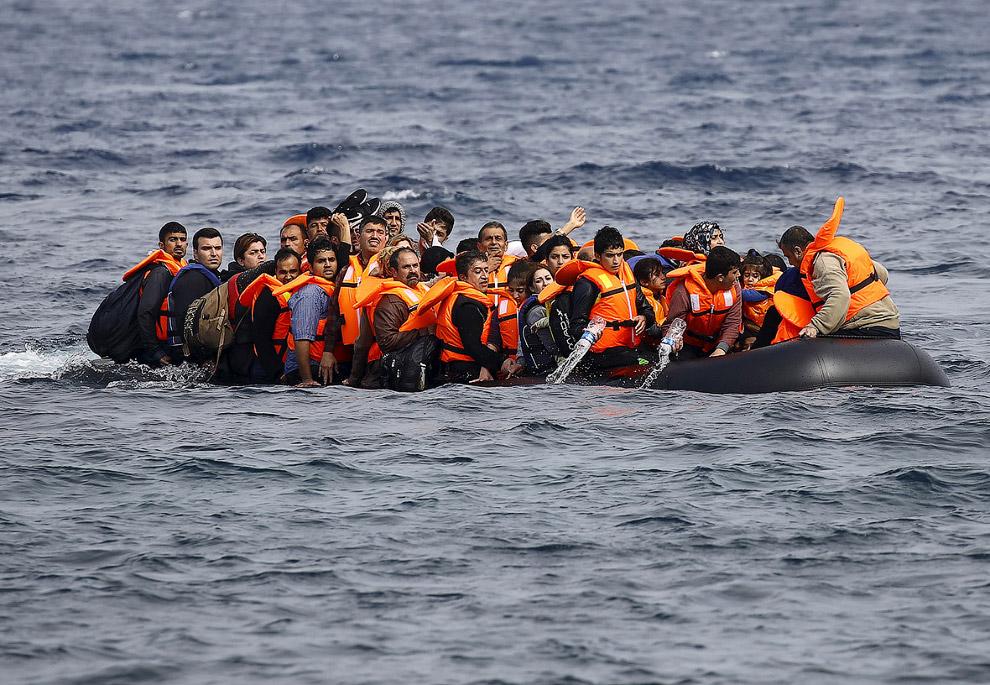 Лодка начинает идти ко дну у греческого острова Лесбос
