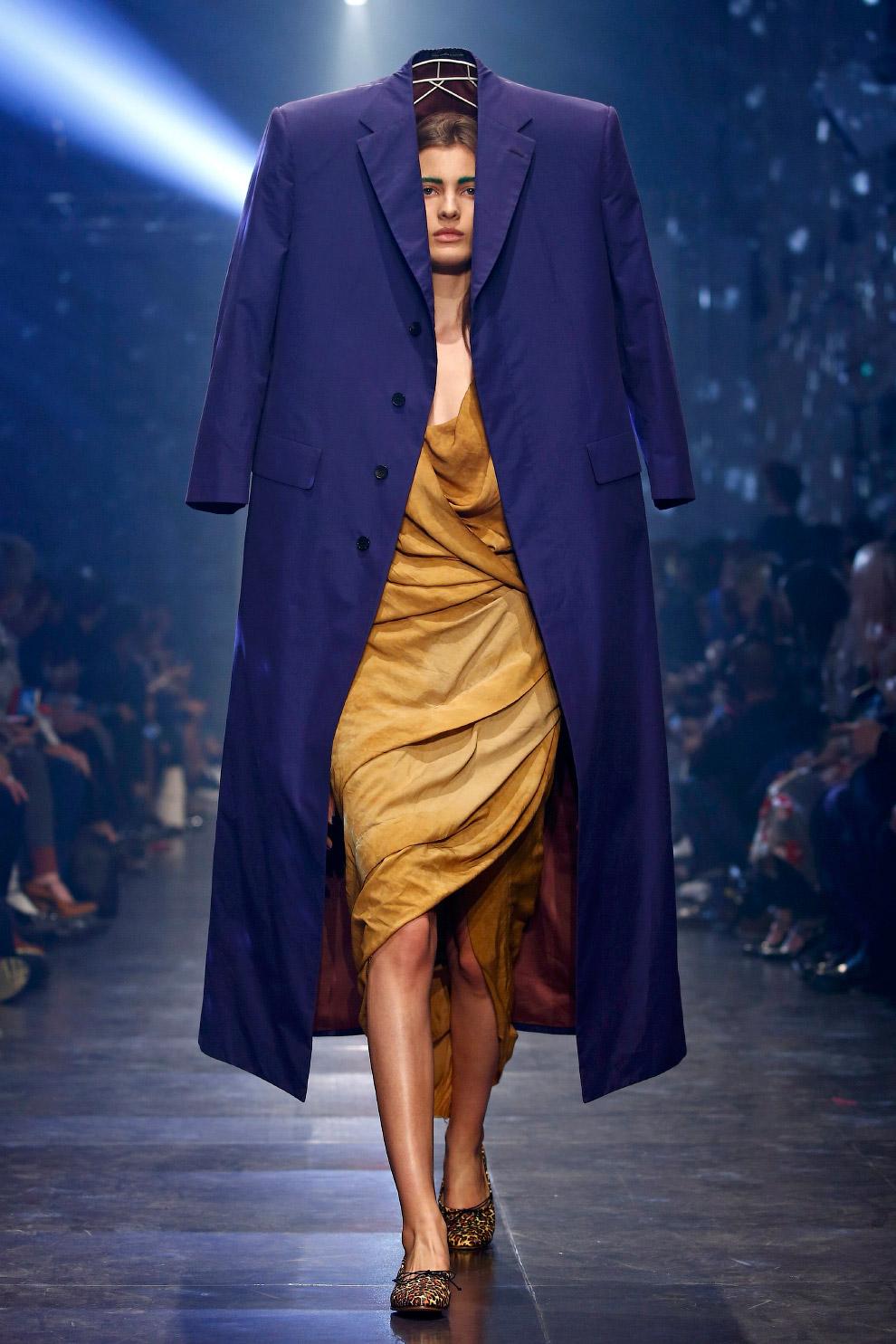 Еще одна стильная модель из коллекции весна/лето 2016 от дизайнера Вивьен Вествуд