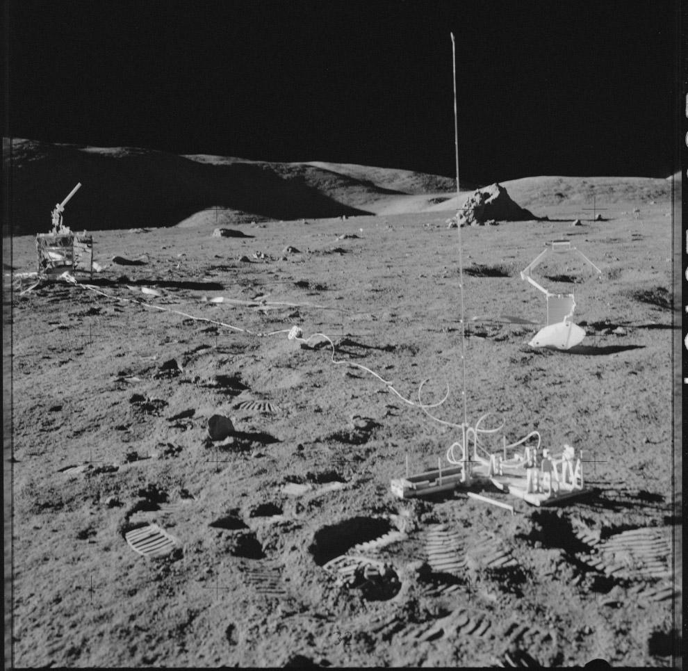 Космический корабль на луне фото