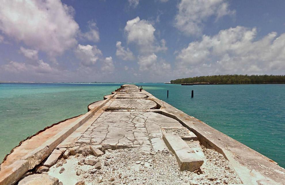 Конец дороги на острове Мидуэй в западной группе Гавайского архипелага