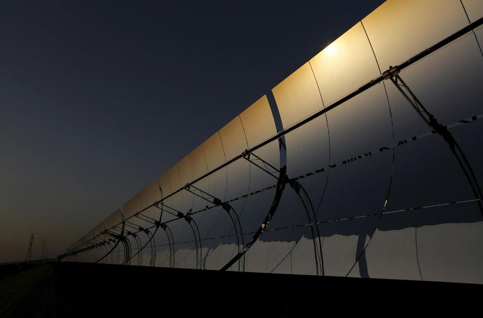 Солнечная энергия собирается здесь специальными параболическими зеркалами