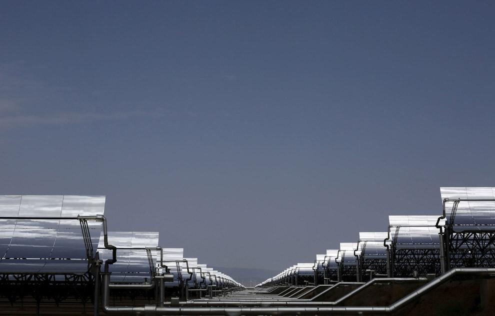 Бесчисленные ряды параболических зеркал солнечной тепловой электростанции Андасол