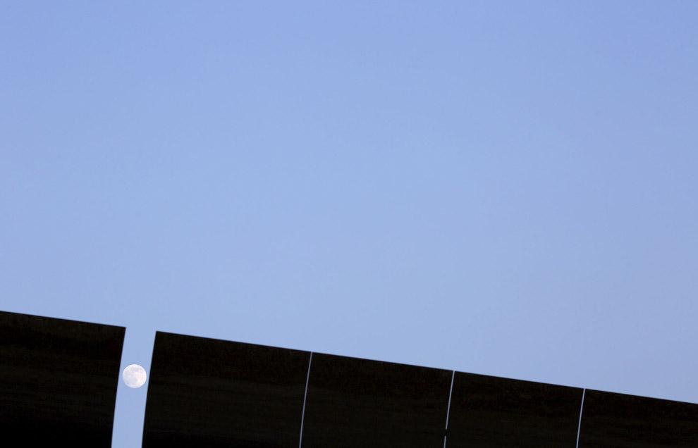 Панели солнечной электростанции и Луна