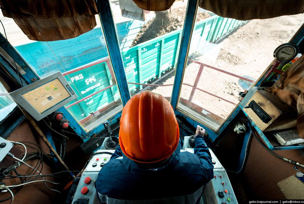 Думпкар — вагон-самосвал с наклоняющимся кузовом и откидными бортами.