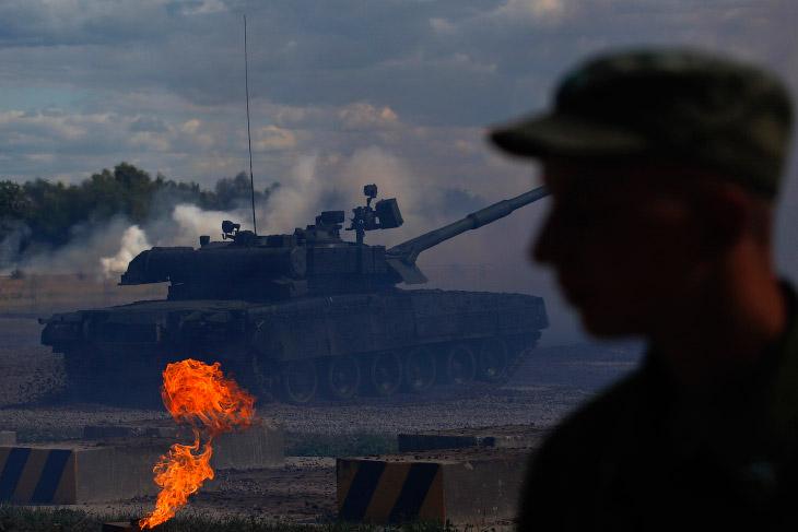 Танк Т-80 во время демонстрационного показа в подмосковном Жуковском
