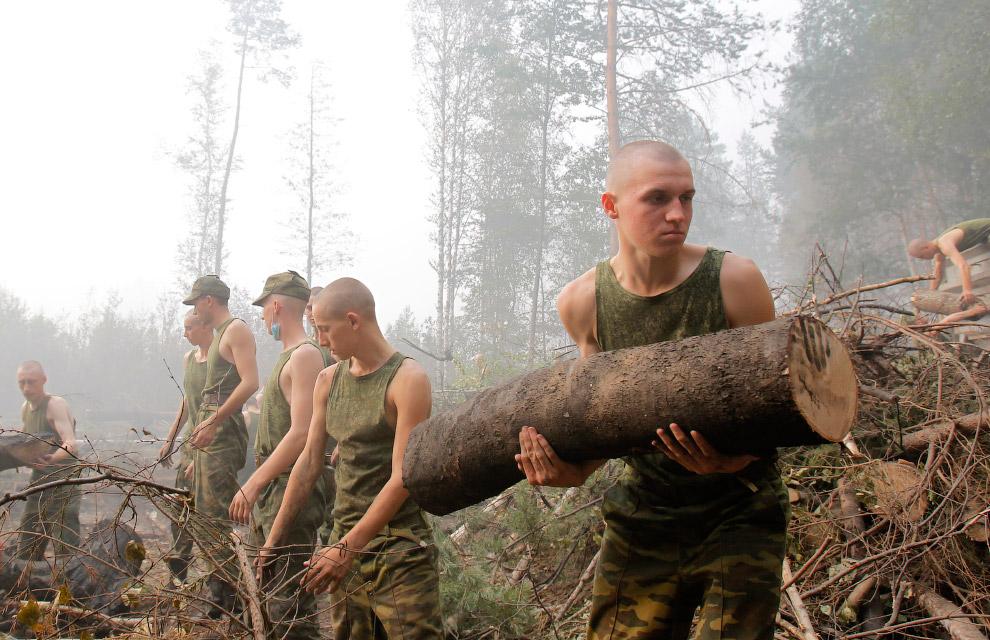 Российские военные борются с пожарами в 100 км от Москвы