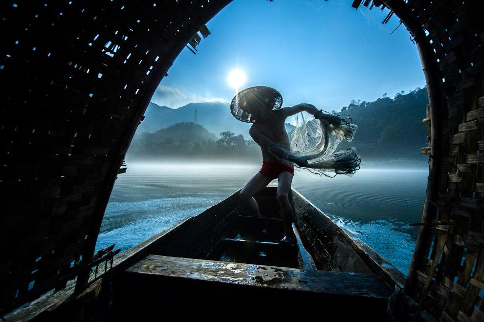 Рыбак в Китае забрасывает есть