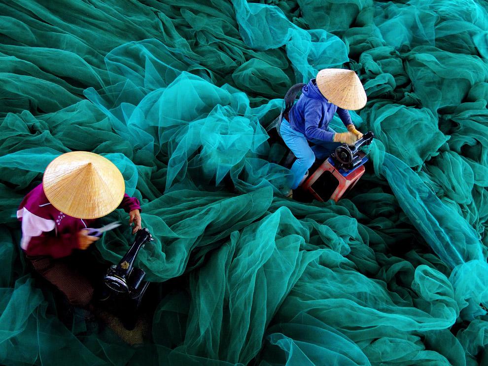 Женщины чинят рыболовные сети, Вьетнам