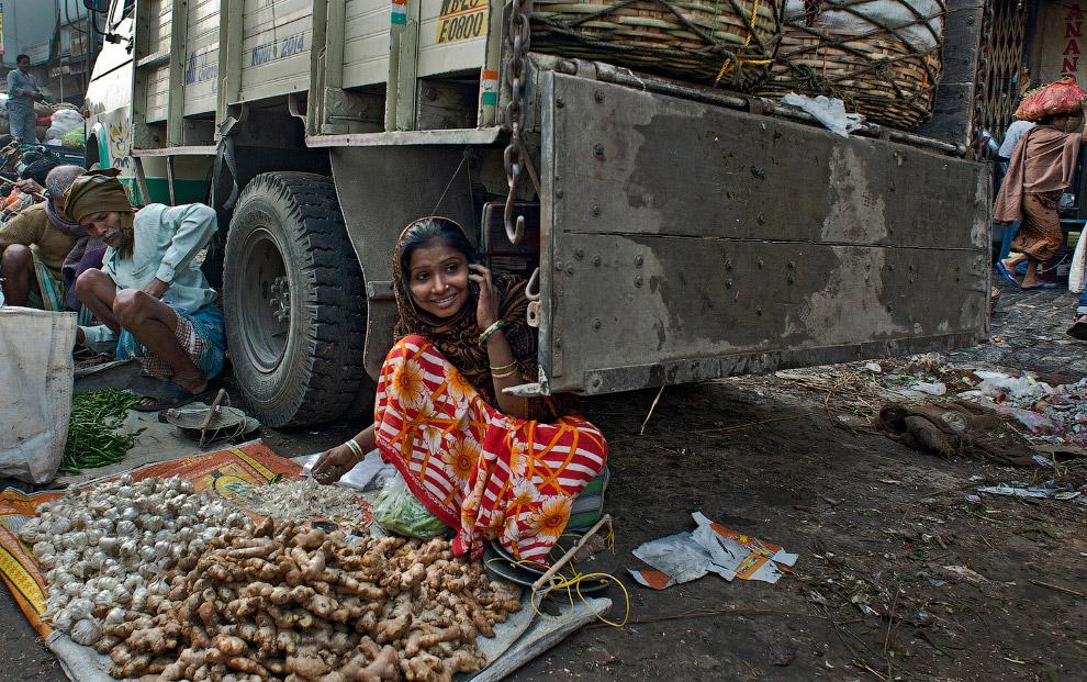 Продавщица имбиря и чеснока в Индии