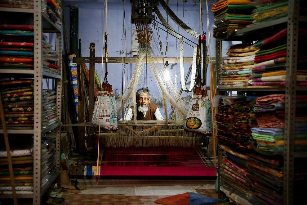 ткач в Варанаси на 1 этаже своего дома