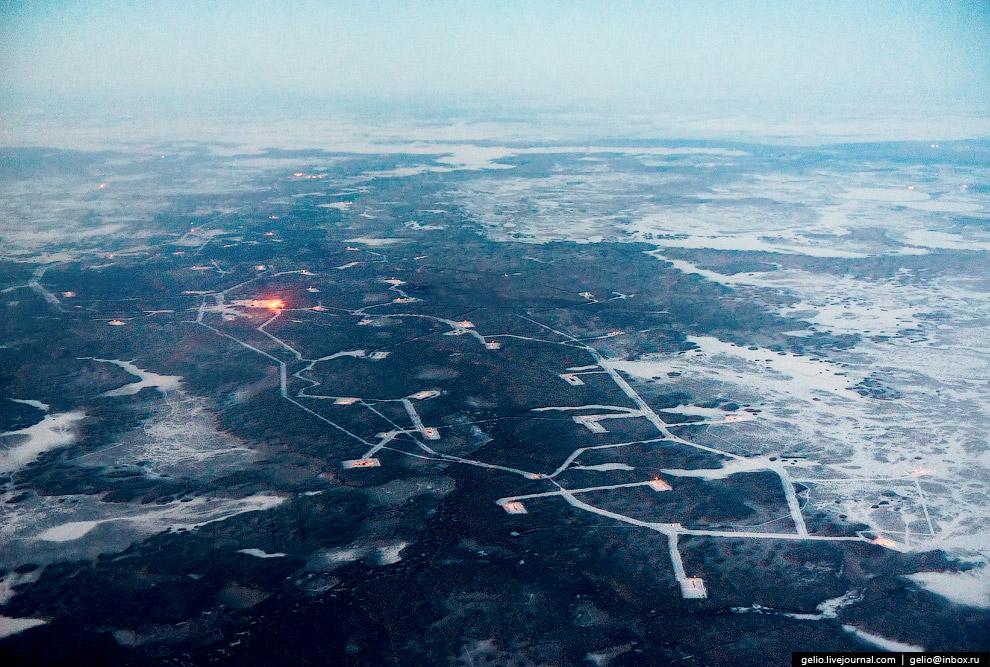 Нефтяные вышки в Тюменской области.