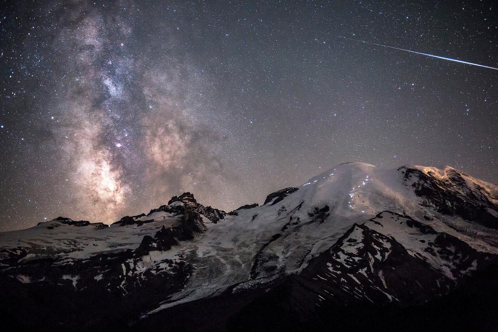 Метеор и галактика Млечный путь над вершиной горы Ренье (4 392 метра) в Вашингтоне, США