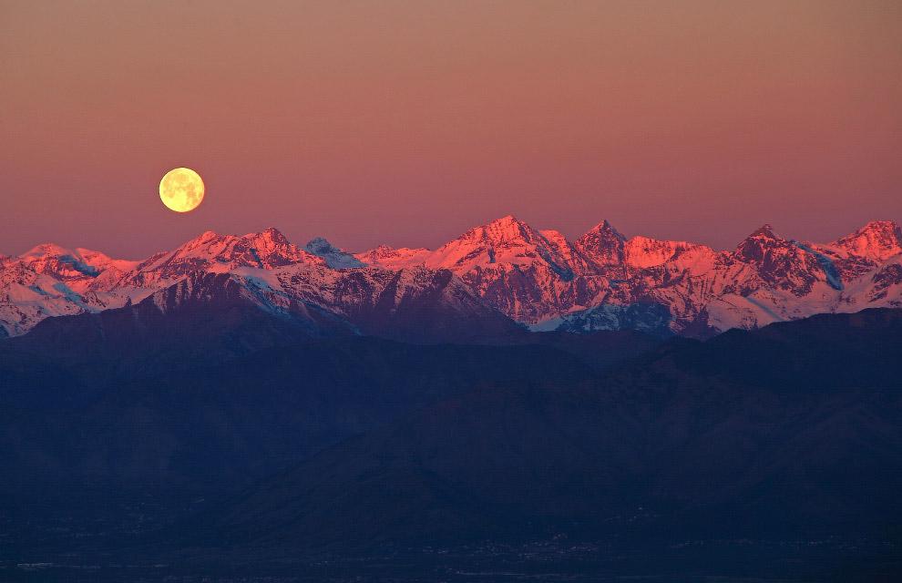 Полная луна над Альпами, Италия