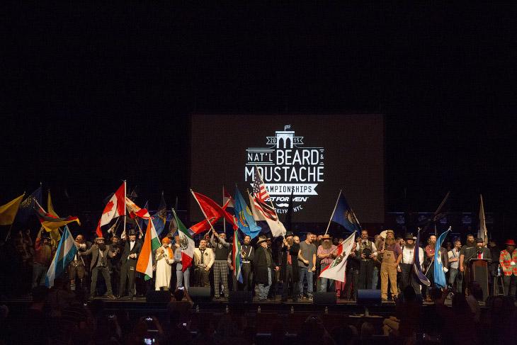 Участники Национального чемпионата бород и усов на сцене театра в Нью-Йорке