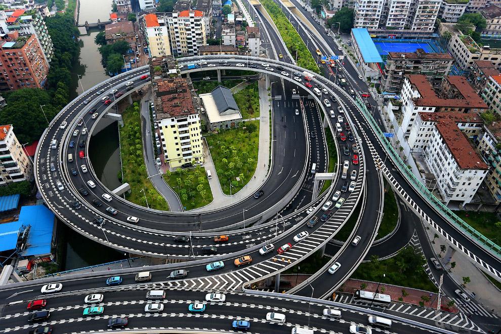 Дом-гвоздь, окруженные путепроводами, в Гуанчжоу