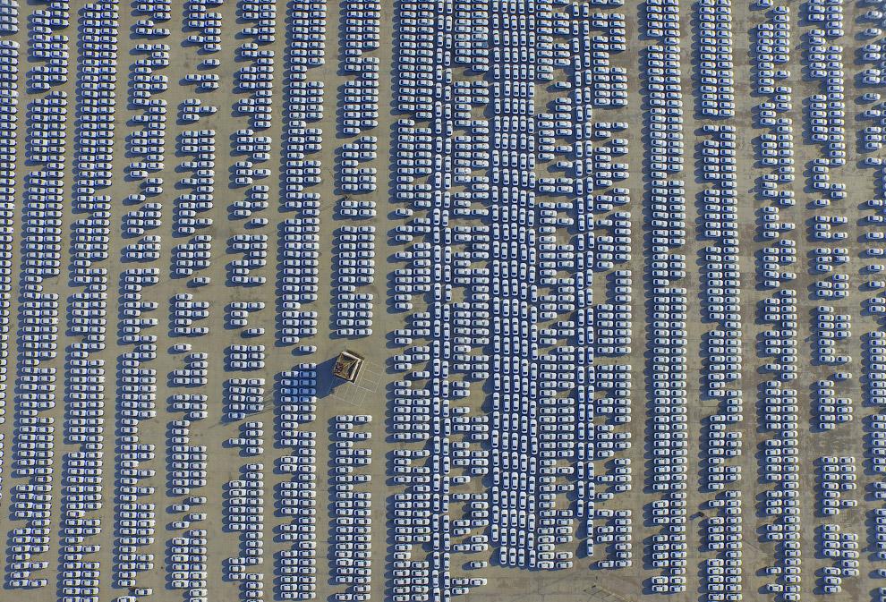 Новые Audi ждут своих владельцев на парковке в Чанчунь, провинция Цзилинь, Китай
