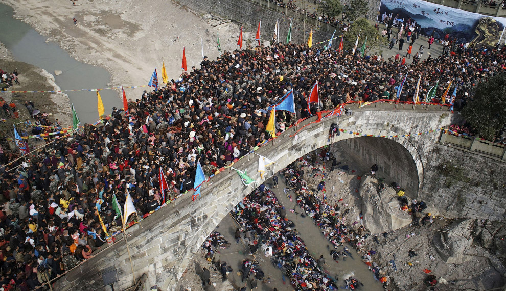 Столпотворение на мосту в городском округе Мяньян, Китай