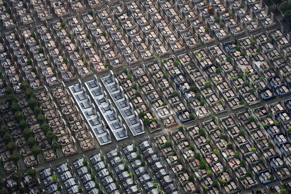 В Китае стоимость мест для захоронения растет так же стремительно, как и стоимость жилья. Так, в Шанхае, средняя цена участка около одного квадратного метра обойдется в $ 5650