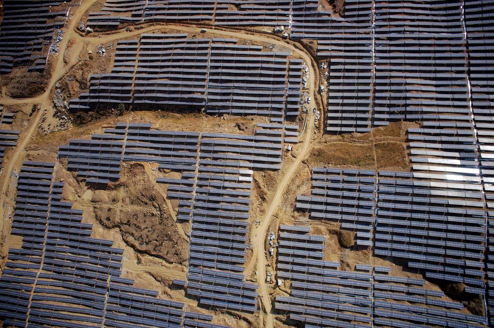 Панели солнечной электростанции на юго-западе Китая в провинции Сычуань