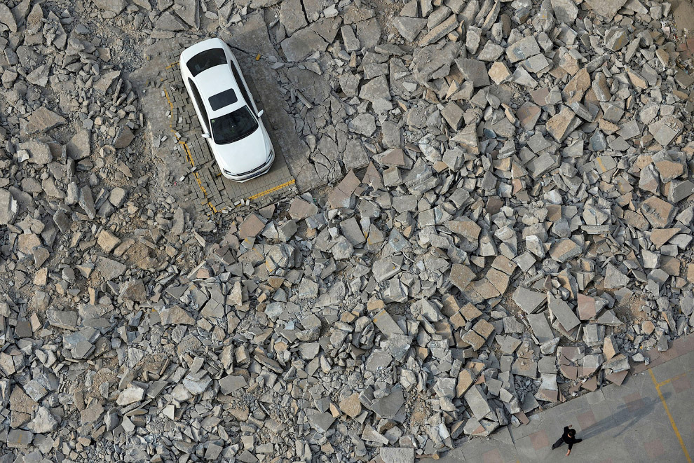 Вокруг оставленного кем-то автомобиля идет стройкаВокруг оставленного кем-то автомобиля идет стройка