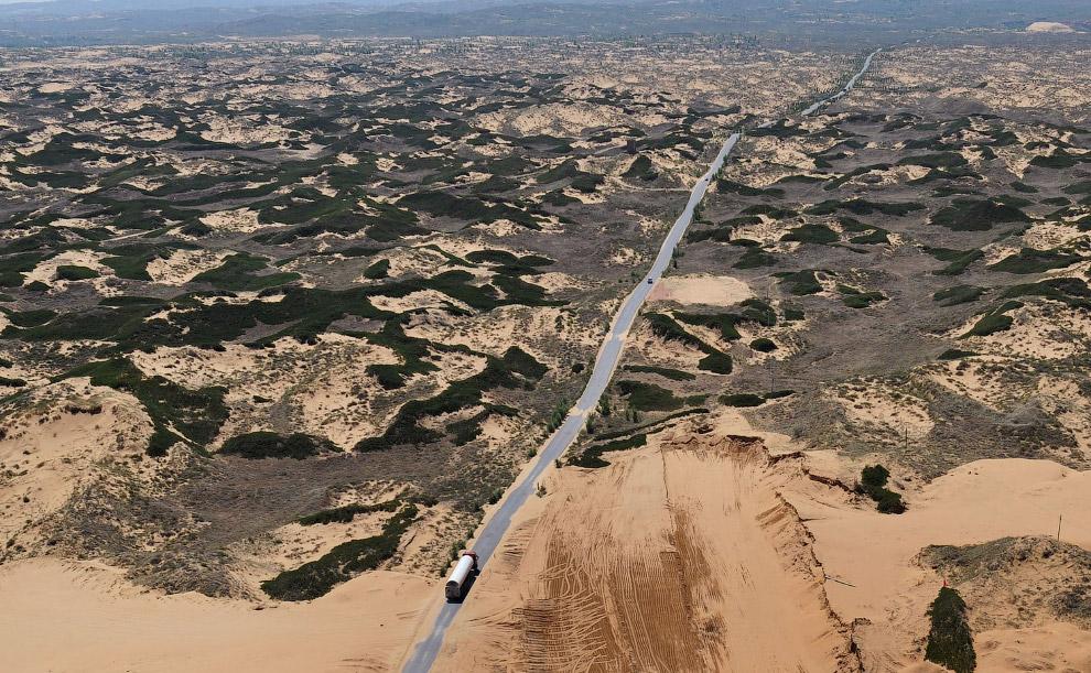 Нефтяной танкер в пустынных землях в провинции Шэньси