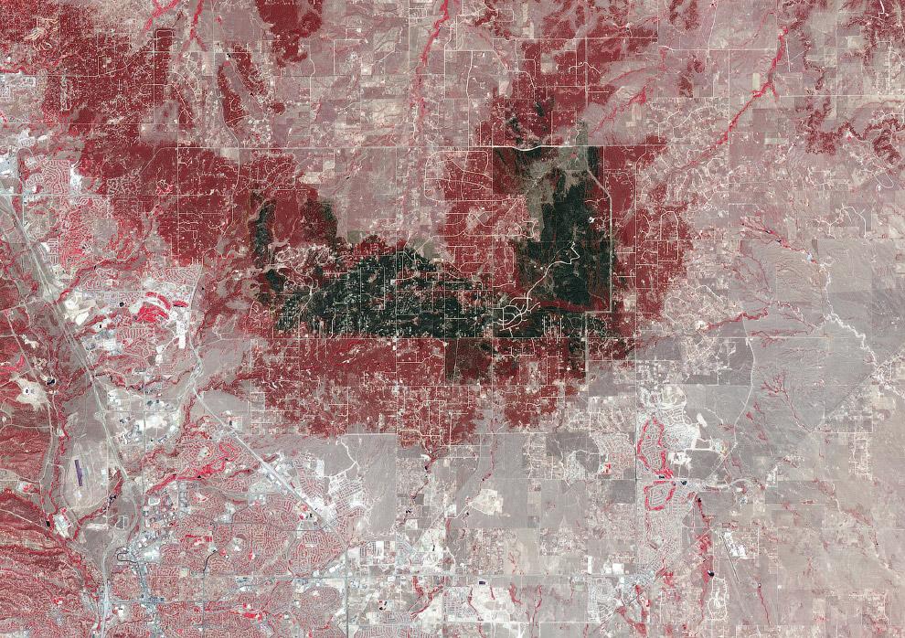 Вид со спутника по последствия пожара в Колорадо-Спрингс, штат Колорадо