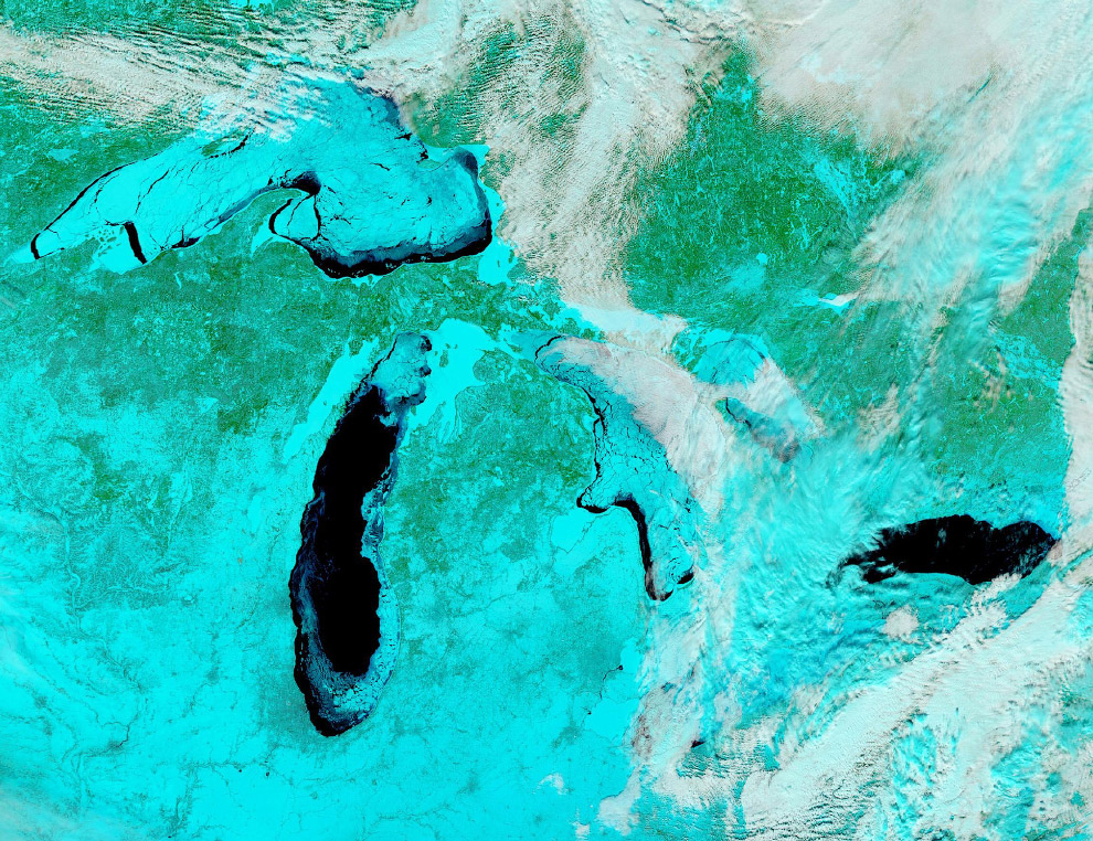 Замёрзшие из-за холодов Великие озера в США