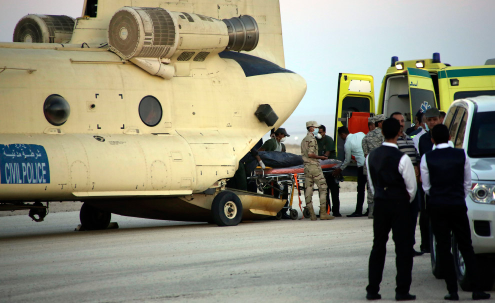 Погрузка тел погибших с рейса 9268 Шарм-эш-Шейх — Санкт-Петербург