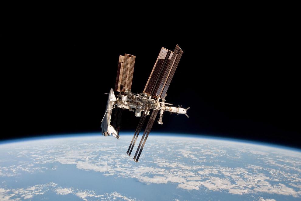 Международная космическая станция с пристыкованным шаттлом Endeavour, 23 мая 2011 года