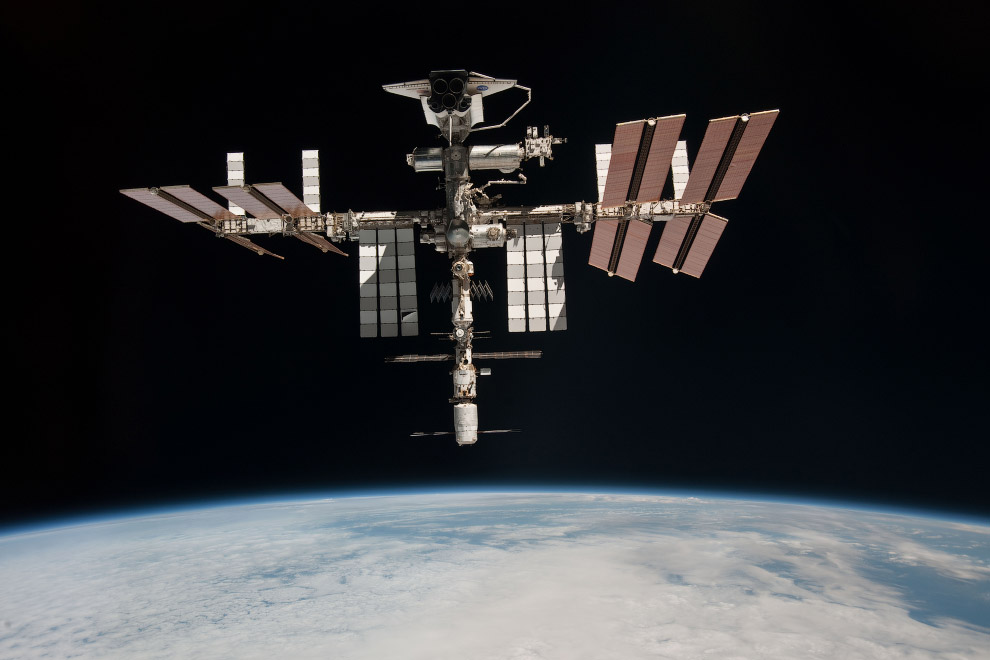 Международная космическая станция с пристыкованным шаттлом Endeavour, 23 мая 2011 года.