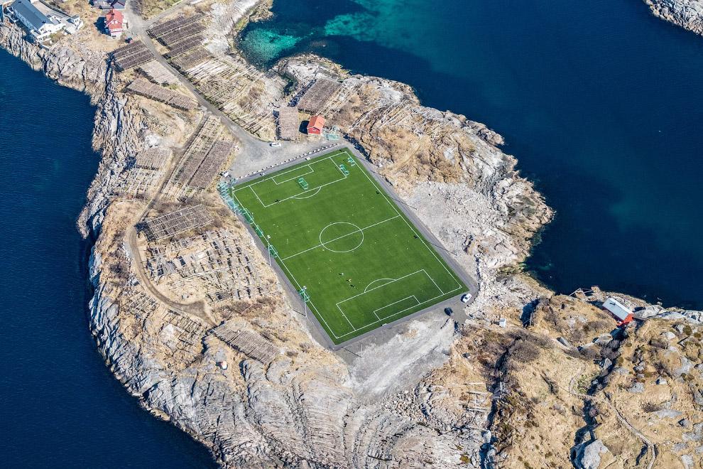 Футбольный стадион в Норвегии на Лофотенских островах