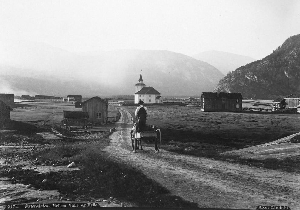 Здание церквушки почти не изменилось, а вместо повозок едут автомобили