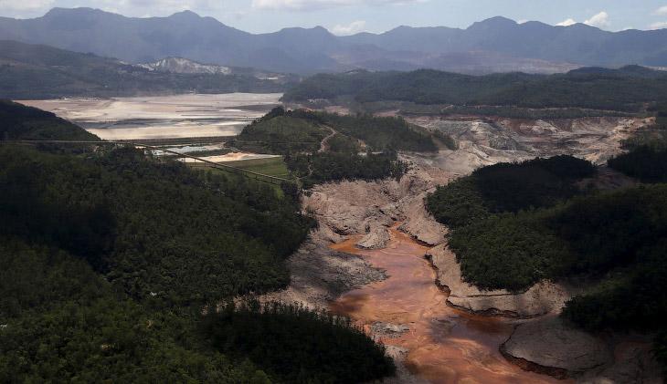 Место прорыва плотины в Бразилии, откуда токсичная грязь вырвалась наружу