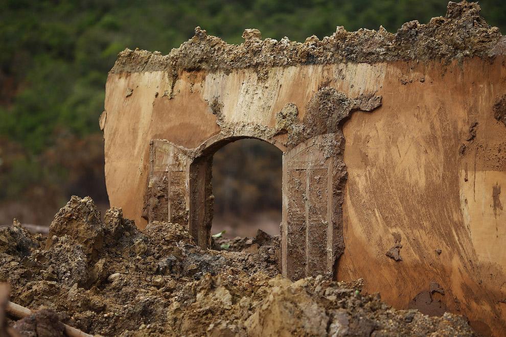 Селение Бенто-Родригес, расположенное неподалеку от дамбы, было практически похоронено под слоем грязи