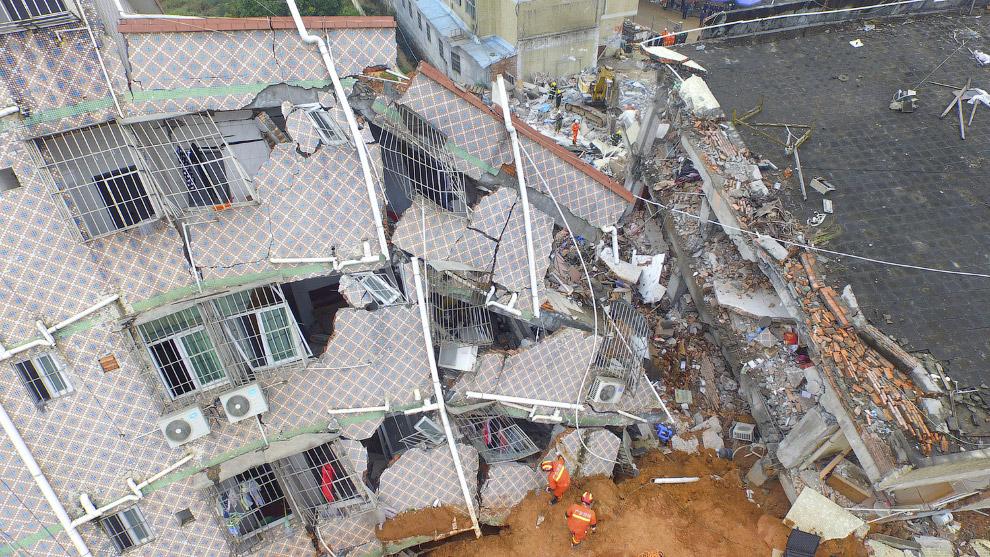 Снесенные жилые дома по пути оползня