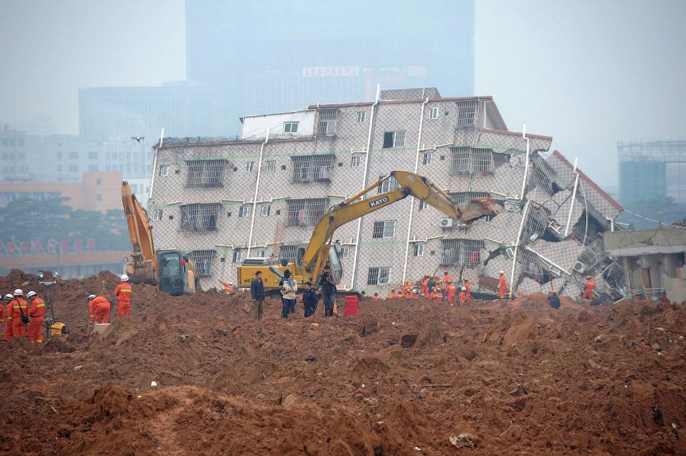 Поисково-спасательные работы и сложенное здание