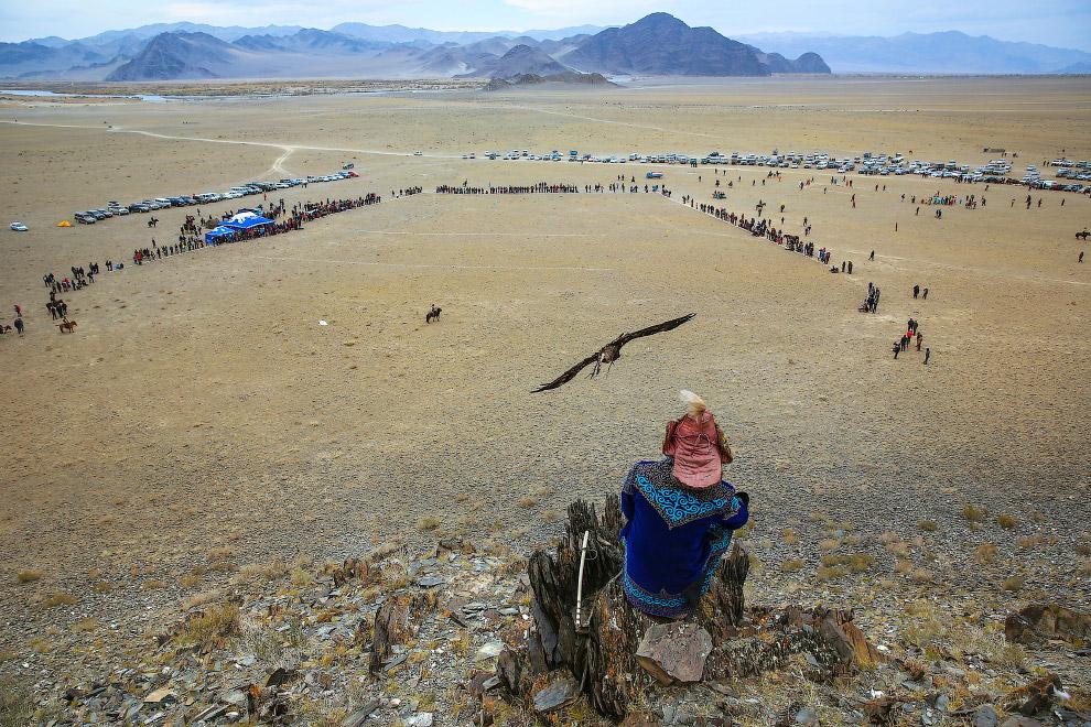 С высоты открываются красивые монгольские пейзажи с горами на заднем плане