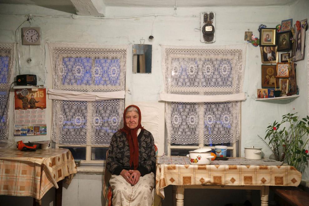 86-летняя жительница поселка Калач в своем доме