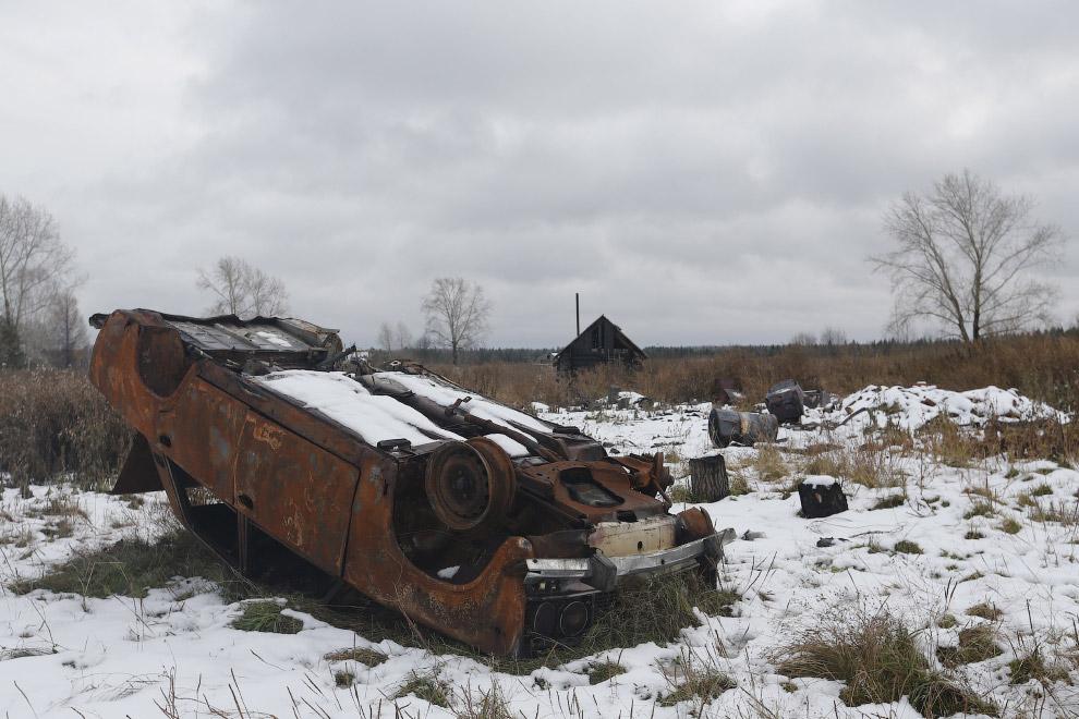 Заброшенный автомобиль у заброшенного дома в поселке Калач, Свердловская область
