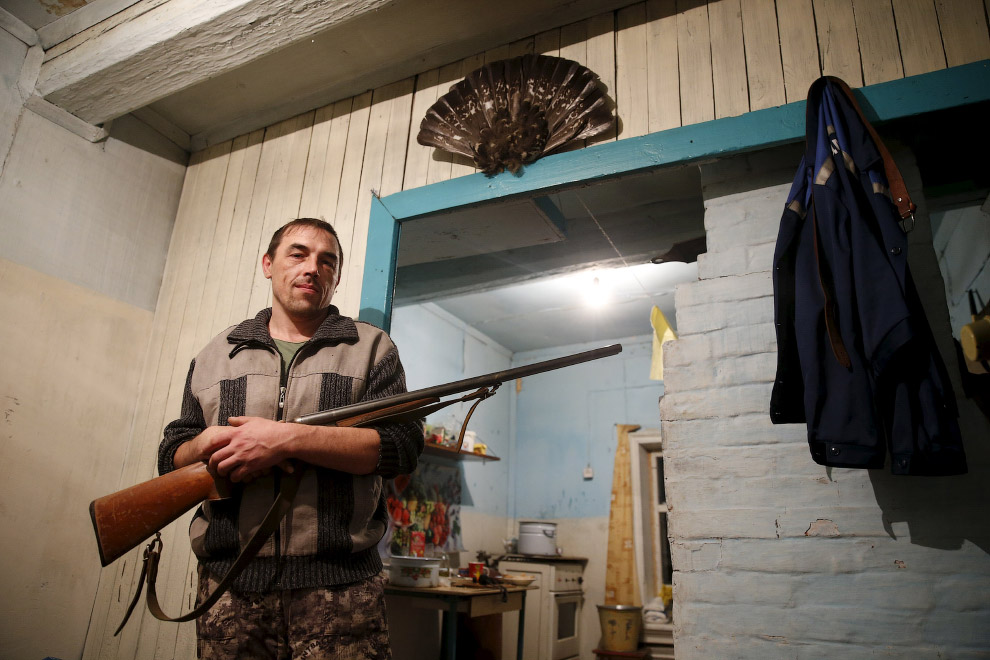 Местный житель Александр с ружьем